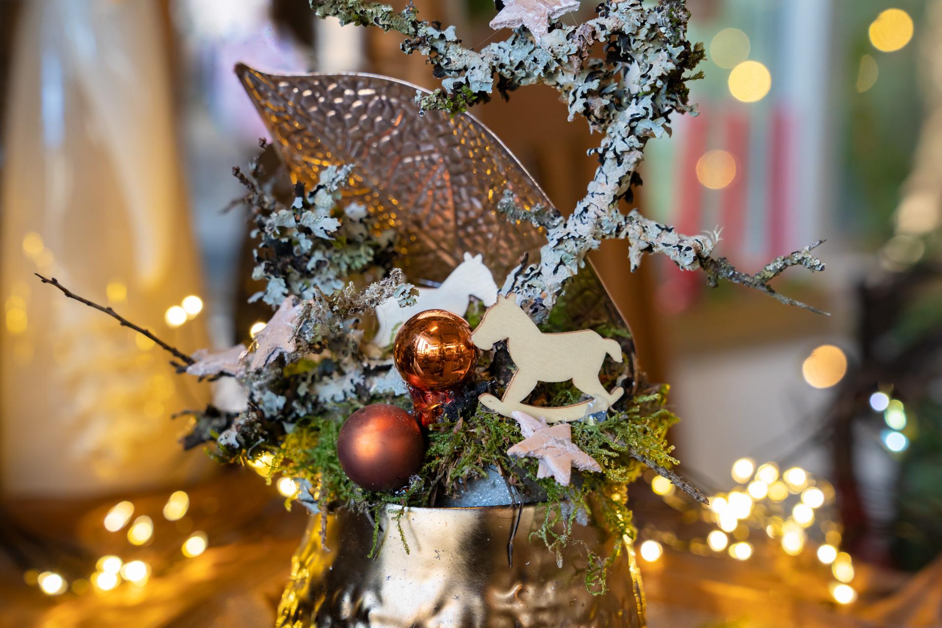 Festliche Dekorationen zur Adventszeit in Kupfertönen