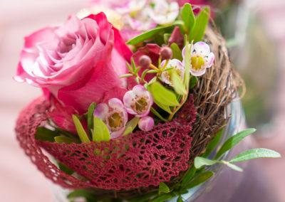 08014 Gartenbaugruppe Wuerzburg Valentinstag Tischgesteck Mit Rose